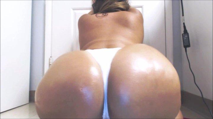 Carmita Bonita Showing Off Curvesoily Big Ass In Bikini