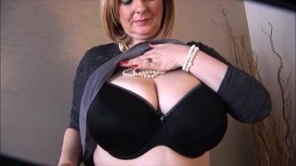 Courtesan Anna Cheeky Striptease And Bouncing Boobs