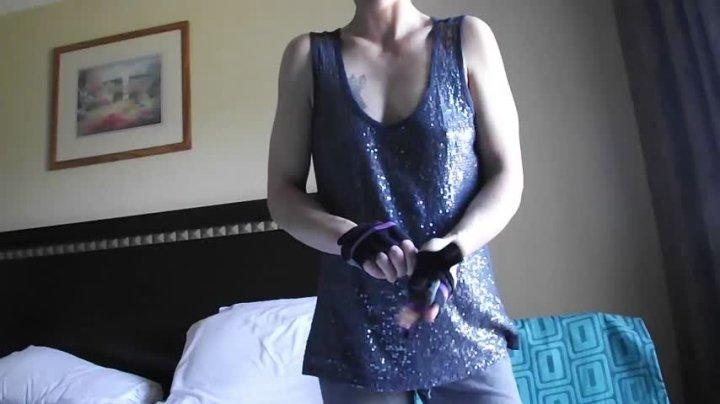 Erotic Eva Weightlifting Biceps Back Muscles
