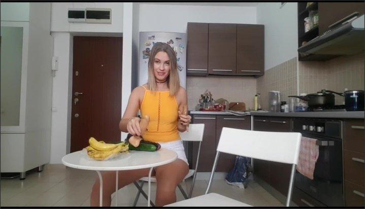 [Full HD] Blonde Teen Does Deepthroat Challenge - EroticTanya - - 00:10:52 | Solo Female, Deepthroat, Banana - 143,5 MB