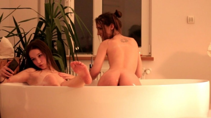 Goodgrl Cindy Chill Bath With Ellie Leen