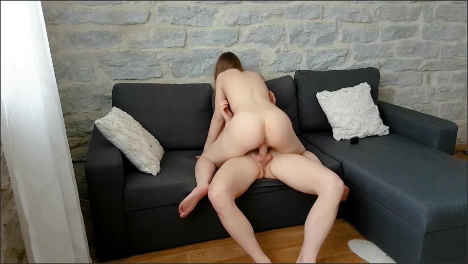 [Full HD] Hot Couple Fucks On The Couch And She Comes All Over His Cock  - JessikaSecrets - -00:20:40 | Doggystyle, Muscular Men - 272,3 MB
