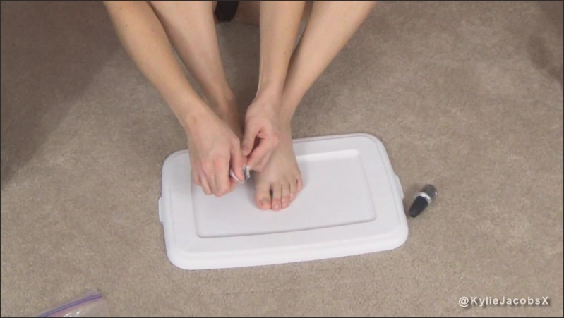 [Full HD] Kylie Polishing Toenails Silver - Kylie Jacobs - -00:10:00   Seduce, Sexy Tease - 315,8 MB