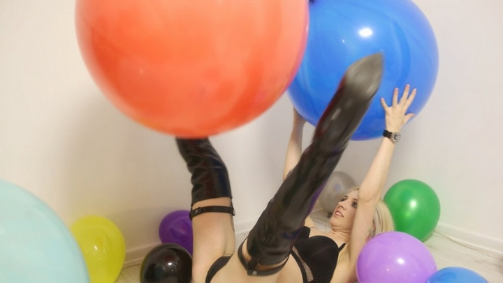 [Full HD] Leatherlove Sexy Blonde Bouncing On Balloons - LeatherLove - ManyVids - 00:11:54 | Balloon Stuffing, Balloons - 1,5 GB