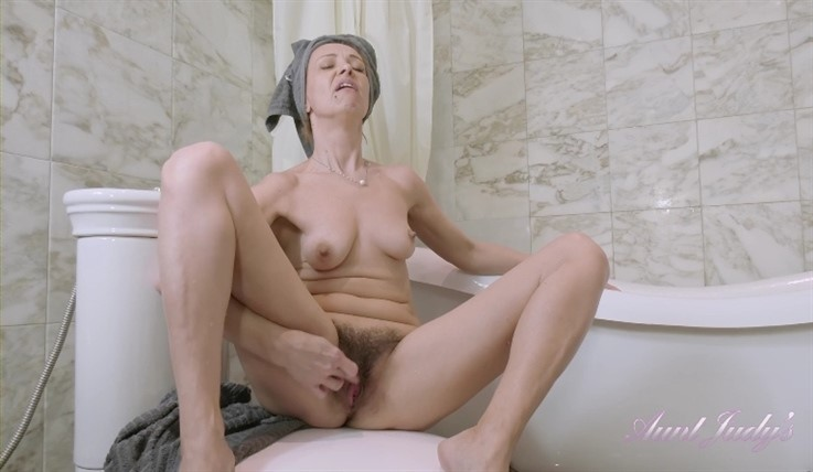 [Full HD] Gerda - Gets Naughty In The Bath 13.08.20 Mix - SiteRip-00:15:07 | Mature And Hairy, Petite - 723,4 MB