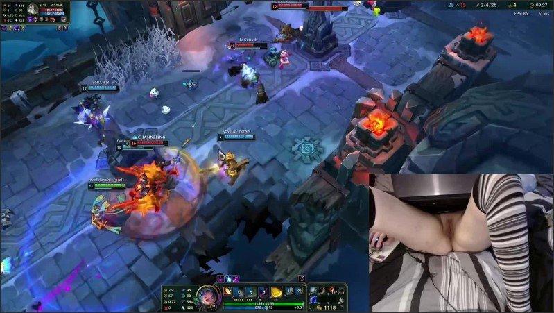 [Full HD] I M Back Gamer Girl Playing Naked In Bed League Of Legends 20 Luna  - Nerdyluna98 - -00:08:53 | German Amateur, I Play - 216,1 MB